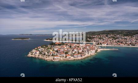 Superbe vue aérienne sur la ville de Primosten Banque D'Images