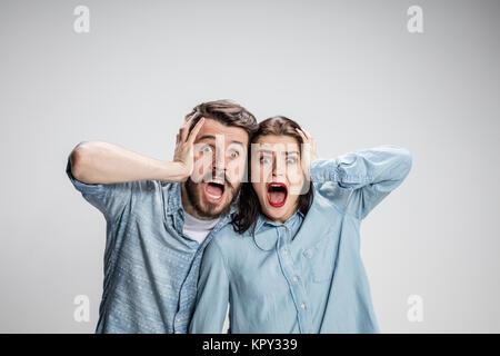 La photo en gros plan de l'homme en colère et leur tête de femme Banque D'Images