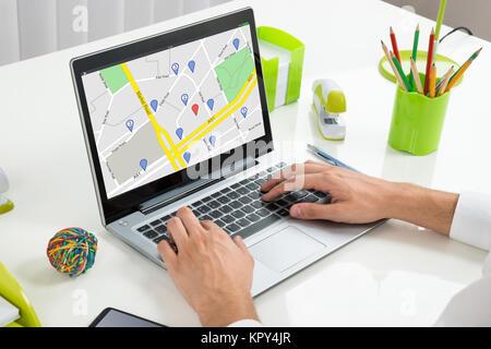 La visioconférence avec des collègues d'affaires sur l'ordinateur portable