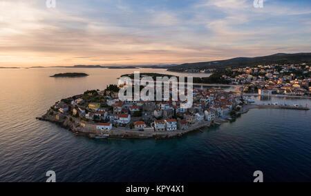 Superbe vue aérienne sur la ville de Primosten au cours de la magnifique coucher de soleil Banque D'Images