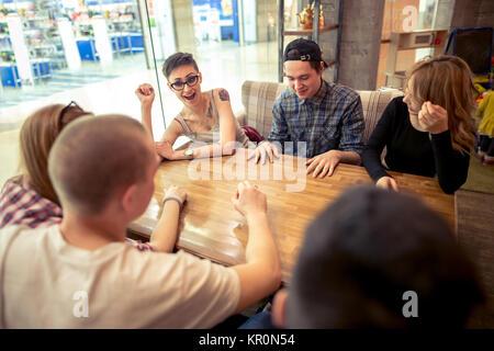 Groupe d'étudiants assis dans un bar-café à l'un l'autre Banque D'Images