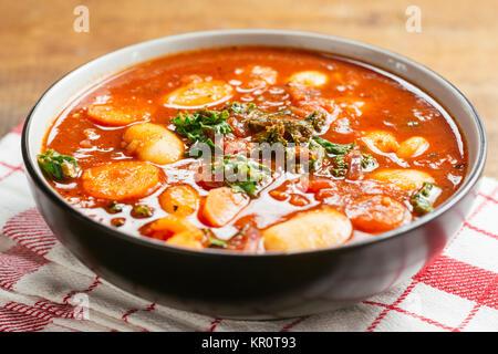 Soupe de haricots géants avec le chou, les carottes et les pommes de terre. Banque D'Images