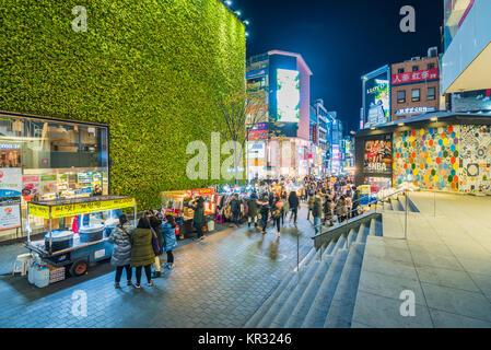 Séoul, Corée du Sud - le 26 novembre 2017:Myeong-dong Market.personnes marchant sur une rue commerçante de nuit, Banque D'Images