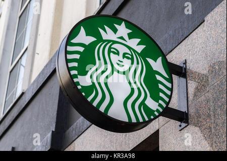 Logo Starbucks signe sur un bâtiment à Cork, Irlande. Banque D'Images