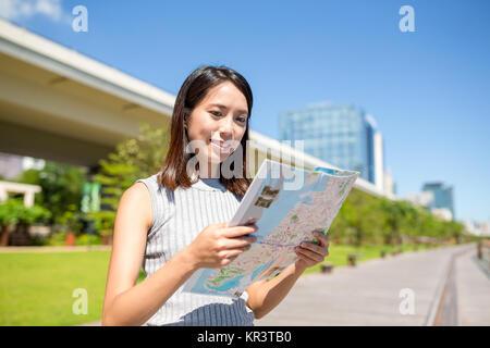 Woman looking at plan de ville à Hong Kong Banque D'Images