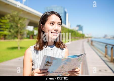 Femme l'utilisation de plan de ville à Hong Kong Banque D'Images
