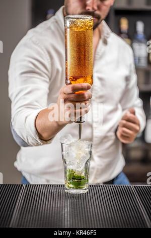 Barman au travail Banque D'Images