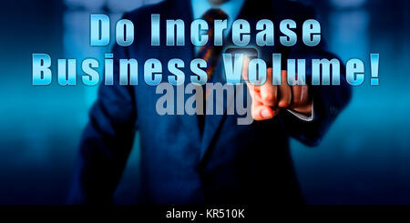 Businessman appuyant sur font augmenter le volume d'activités! Banque D'Images