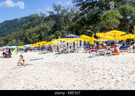 Les touristes en chaise chaises de plage et parasols sur la plage de Patong, au cours de la haute saison, Phuket, Thailand