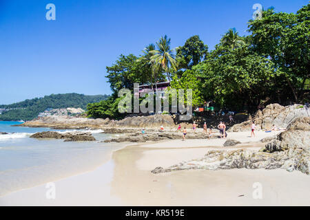 L'extrémité nord de Patong Beach, Phuket, Thaïlande sur une chaude journée ensoleillée