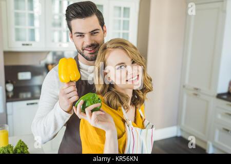 Couple en train de préparer les légumes Banque D'Images