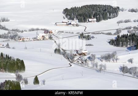 Joli paysage rural on snowy journée d'hiver. Vue aérienne de l'enclos et de la ferme. Rövershagen, Allgau, Bavière, Banque D'Images