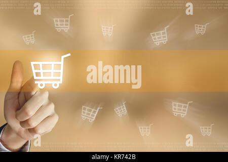 La main d'appuyer sur le bouton d'achat en ligne Banque D'Images