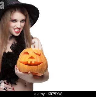 Femme en costume de sorcière Halloween citrouille sculptée ouvre Banque D'Images