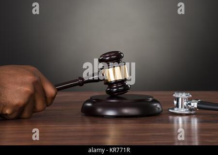 Close-up d'un juge à mains frappant 24 Banque D'Images