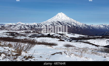La péninsule du Kamtchatka hiver panorama paysage montagneux: belle vue sur le cône enneigé du volcan Vilyuchinsky. Banque D'Images
