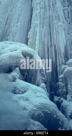 Mur de glace raide verticale avec de longs glaçons. Cascade de glace. Banque D'Images