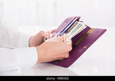 Femme's Hand Holding bourse avec des billets en euros