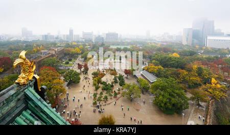 Vue aérienne de personnes avec des parapluies colorés dans le parc du château d'Osaka site avec des éléments sur Banque D'Images