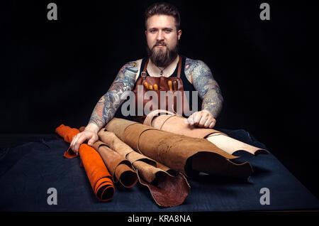 Homme à la fabrication de nouveaux produits en cuir./professionnelle cuir cuir produisant des travailleurs à la Banque D'Images