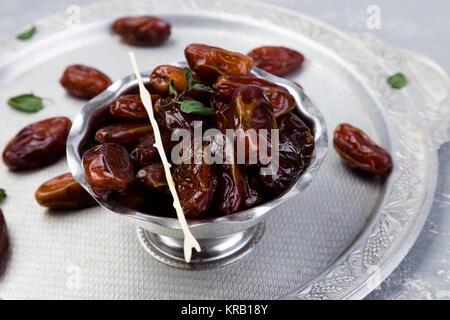 Dates de fruits secs sur argent bac. Copy space Banque D'Images