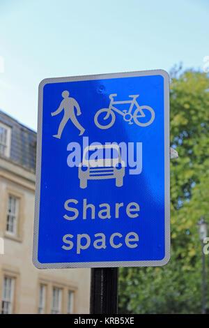 Panneau routier indiquant l'espace partagé entre voitures, vélos et personnes, baignoire Banque D'Images