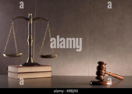 Ancien juge gavel,scale, livre - droit des symboles sur table en pierre et l'arrière-plan. Banque D'Images