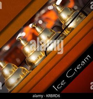 Fond de velours rouge et orange avec détail d'un panier de la crème glacée et bande noir avec texte de la crème Banque D'Images