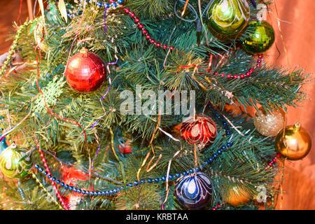 Les jouets de Noël et décorations dans l'arbre de Noël Banque D'Images