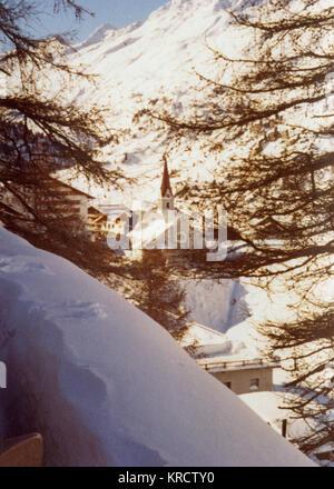 Vue éloignée sur le village de Sölden, Autriche. Date: 1976 Banque D'Images