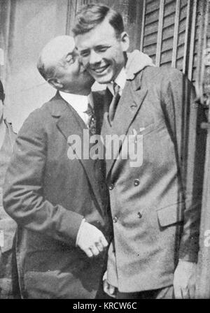 Lindbergh est accueilli à Paris par l'aviateur français Louis Blériot (1872-1936) Date: 1927 Banque D'Images