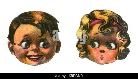 Deux visages des enfants - une petite blonde girl exprime son étonnement tandis qu'un petit garçon châtain sourit Banque D'Images