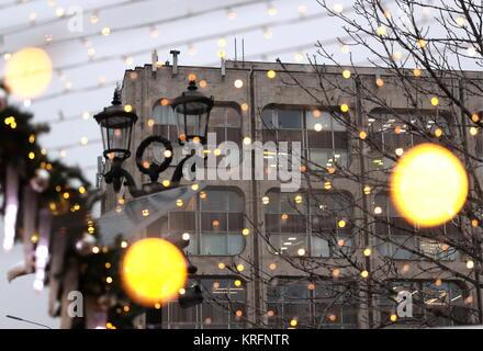 Moscou, Russie. Déc 20, 2017. Les lumières de Noël par l'agence de presse Tass siège. Credit: Valery Sharifulin/TASS/Alamy Banque D'Images