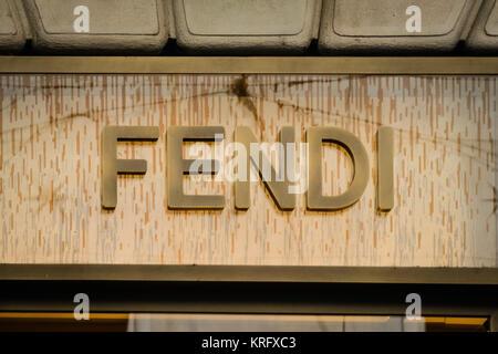 ... Fenêtre Fendi shop à Via Condotti à Rome au temps de vacances  Milan,  Italie - 24 septembre 2017   magasin Prada à Milan. Fashion week shopping 62af2e1db98
