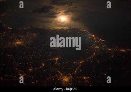 Ville des Lumières dans la nuit le long de la frontière France-Italie, l'Europe sont en vedette dans cette image Banque D'Images
