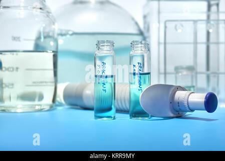 Arrière-plan scientifique en bleu et blanc. Outils pour l'histopathologie, flacons fixateur pour les biopsies de Banque D'Images