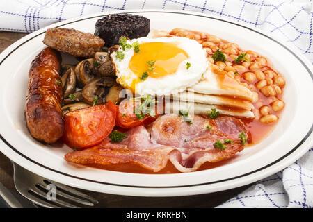 Ulster fry, petit-déjeuner irlandais traditionnel du nord, sur une assiette blanche Banque D'Images