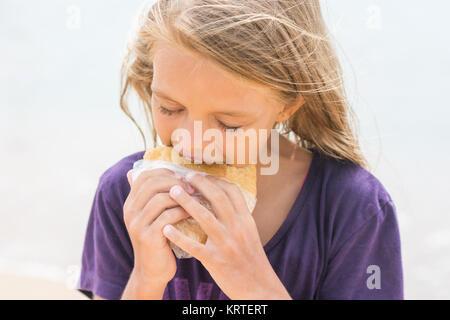 Une fille avec un coupe faim pour manger pie Banque D'Images