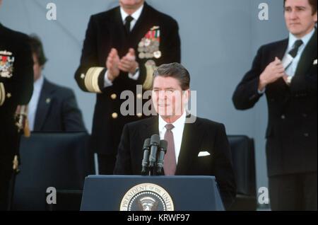 Le président Ronald Reagan, le président, les adresses les invités à la cérémonie de remise au point pour le cuirassé Banque D'Images
