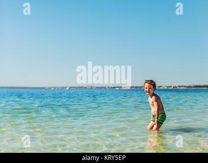 Un jeune garçon nager dans la mer Banque D'Images