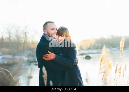 Un couple heureux à côté d'une rivière Banque D'Images