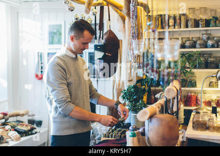 Un bijoutier dans son magasin Banque D'Images