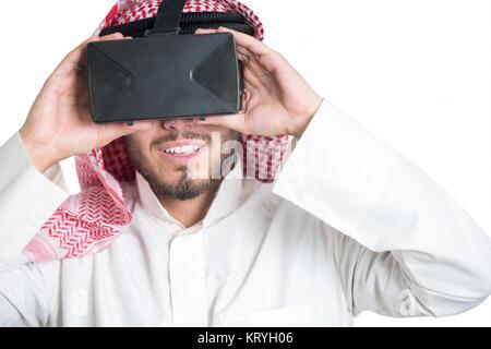 25ac568ba1810c Jeune musulman guy essayer lunettes VR. Isolées. Fond de page Banque ...
