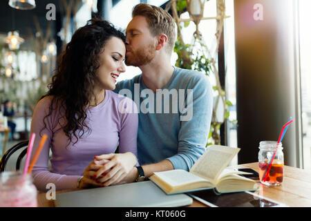 Jeune couple heureux sur date in coffee shop Banque D'Images