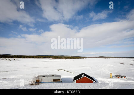 Lac Inari, à l'atterrissage et de la jetée, gelés, Inari, Finlande Banque D'Images
