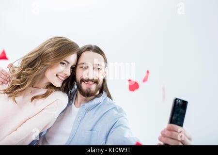 Couple in love en tenant selfies Banque D'Images