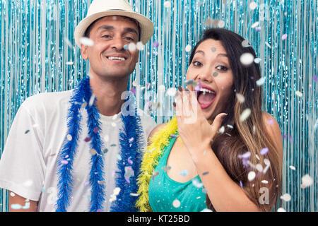 Couple brésilien est à un carnaval partie. Il est noir et elle a descendance asiatique. Couleurs: Bleu, Vert et Banque D'Images