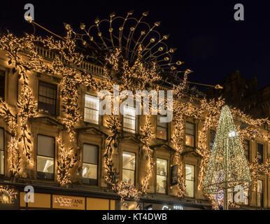 Late night shopping de Noël chez les lumières de fête dans la région de Buchanan Street, Glasgow, Scotland, UK. Banque D'Images