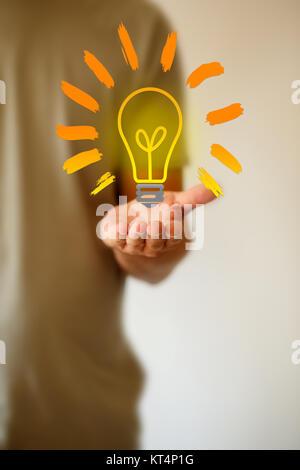 Businessman holding ampoule dessiné à la main dans la main concept Banque D'Images