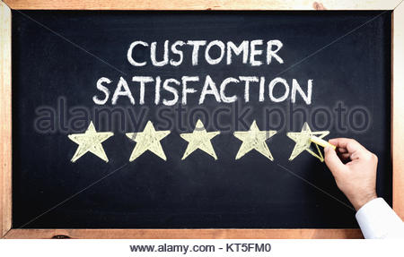 Concept de la Satisfaction client, l'homme en remplissant 0 étoiles sur tableau noir Banque D'Images